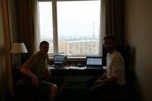 Anders Skærlund Petersen (venstre) og Jesper Hasseriis Gormsen (højre) på 11. sal på Maxima Panorma-hotellet i Moskva.