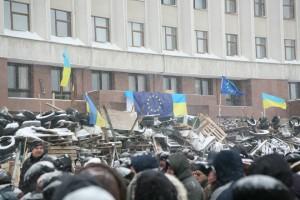 Demonstranter foran rådhuset i Ivano-Frankivsk i det vestlige Ukraine.