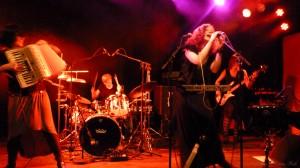 Folk-punk-bandet Iva Nova for fuld udblæsning på spillestedet Global. Foto: Oxana Sole