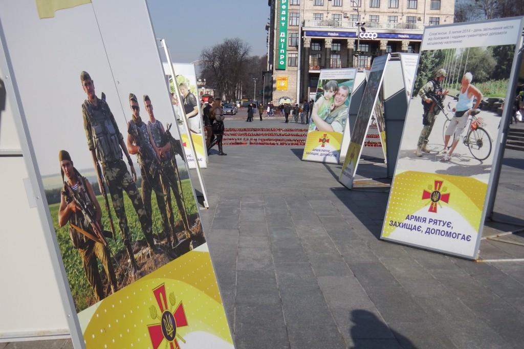 Propagandaplakater for det ukrainske militær på Uafhængighedspladsen i Kiev. Foto: Anders Skærlund Petersen.