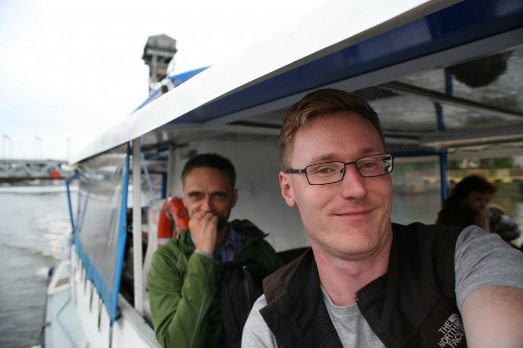Redaktionen på havnerundfart i Kaliningrad. Foto: Anders Skærlund Pedersen.