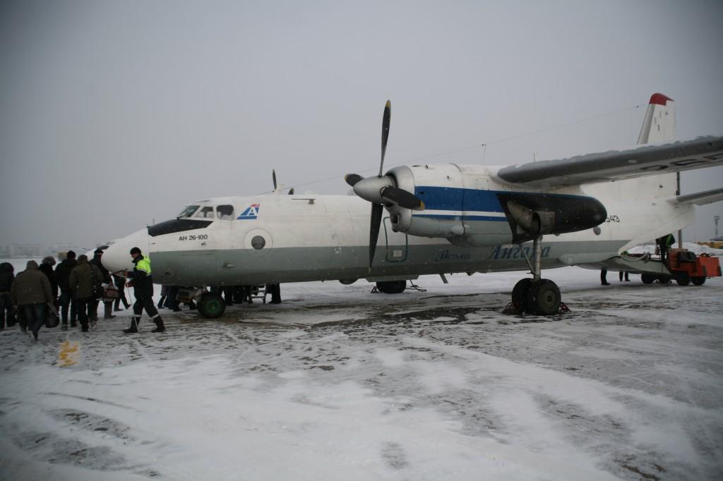 Antonov-26 en kold vinterdag i Irkutsk lufthavn. Bemærk læsserampen i bagenden af flyet. Foto: Anders Skærlund Petersen.