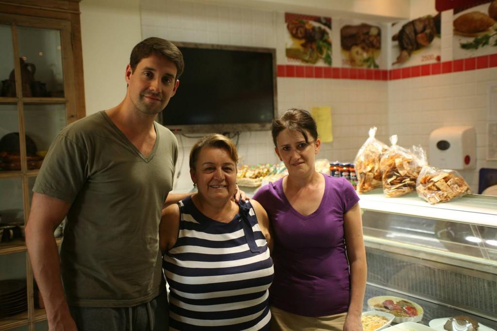 Det har ikke været nemt, men det har været det hele værd. Karine Machado vendte i 2014 tilbage til Armenien efter 40 år i USA. Her er hun flankeret af sin svigersøn og en af sine ansatte i vin- og delikatessebutikken Santa Familia. Foto: Anders Skærlund Petersen.