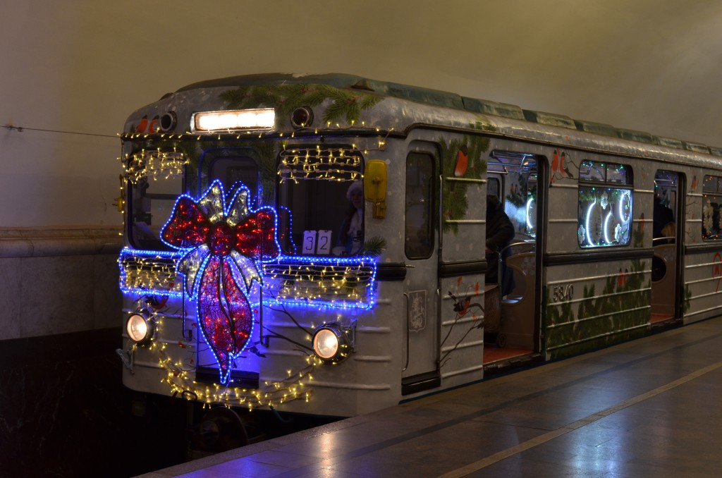 Et nytårspyntet metrotog. Moskvas bystyre har brugt 780 mio kroner på nytårspynt ved årsskiftet 2016-2017. Foto: Wikipedia.