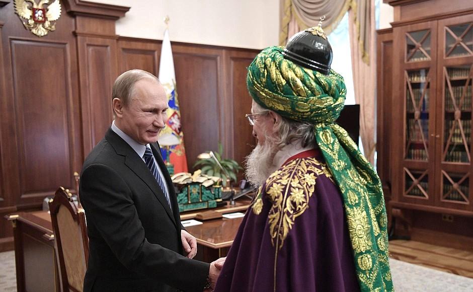 Kreml har styr på sine imamer, men har kreml styr på deres meningheder? Vladimir Putin tager imod Talgat Tadsjuddin, Ruslands øverste muftij og formand for Den centrale åndelige muslimske råd i Rusland. Foto: Kremlin.ru