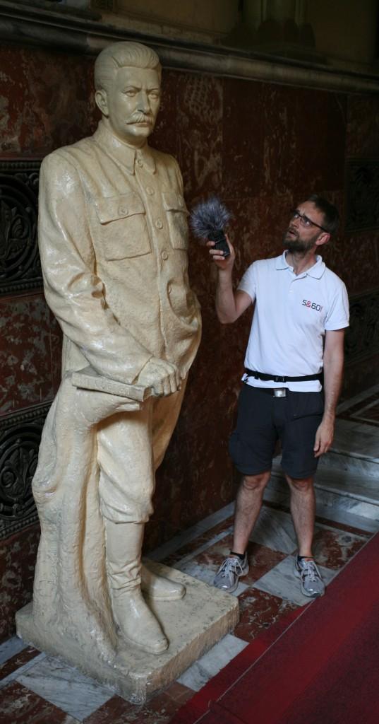 Monumental propaganda. 1,90 meter høje Jesper ved siden af en statue af Josef Stalin, der i levende live var omkring 1,65 m høj. Foto: Anders Skærlund Petersen.