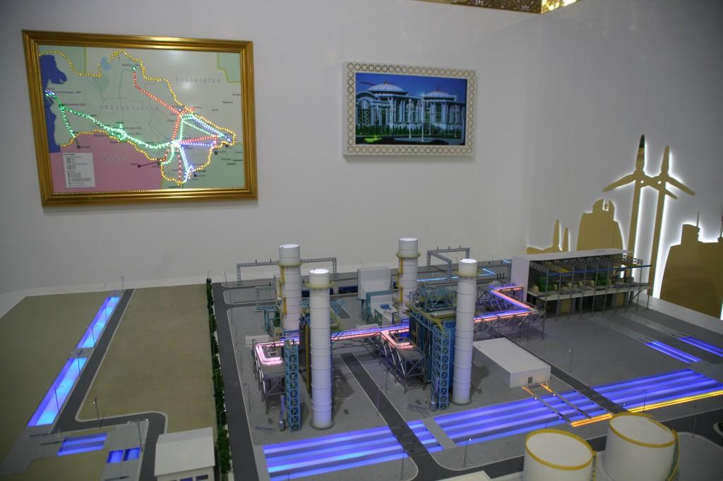 """Fremtiden energi ifølge Turkmenistan. I landets pavillon begyndte mange tekster med passagen """"I æraen af magt og glæde under lederskab af den ærede præsident af Turkmenistan Gurbanguly Berdimuhamedov ..."""" Billede: Jesper Hasseriis Gormsen."""