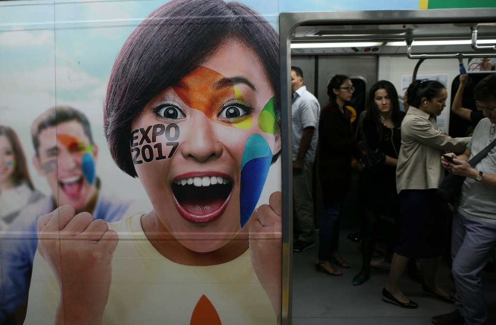 Overalt i Kasakhstan er der plakater for Expo 2017, her på et metrotog i Almaty. Billede: Anders Skærlund Petersen.
