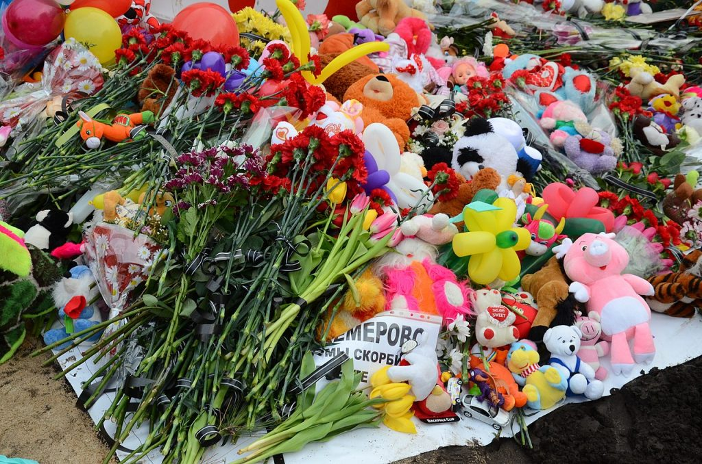 60 mennesker døde ved en brand i et storcenter i Kemerovo 25. marts. De fleste var børn. Derfor faldt det mange for brystet, at de lokale magthavere primært undskyldte overfor den russiske præsident. Billede: Wikimedia Commons.