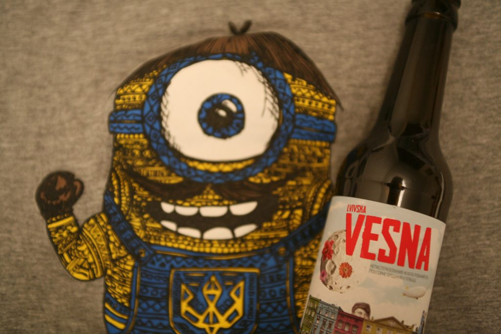 Øllen Lvivska Vesna fra bryggeriet Pravda med en glad enøjet ukrainer i baggrunden. Oversat til dansk betyder navnet på øllen Lviv's forår. Foto: Anders Skærlund Petersen.