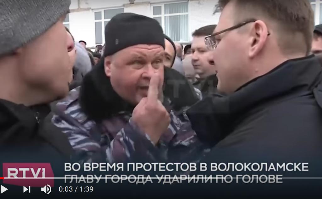 En ophedet diskussion mellem naboer til lossepladsen og amtsborgmester Gavrilov sekunder før det kom til håndgemæng. Skærmbillede fra RTVIs video.