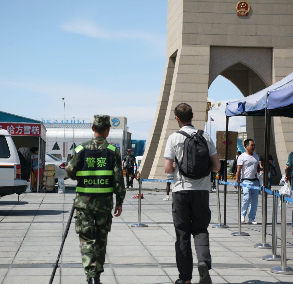 I Xinjiang er det forbudt at bære niqab, burka ... og fuldskæg. Det sidste opdagede en ubarbaret Jesper på den hårde måde, da han venligt men bestemt blev ført ud af Kina af en kinesisk vagt. Foto: Anders Skærlund Petersen.