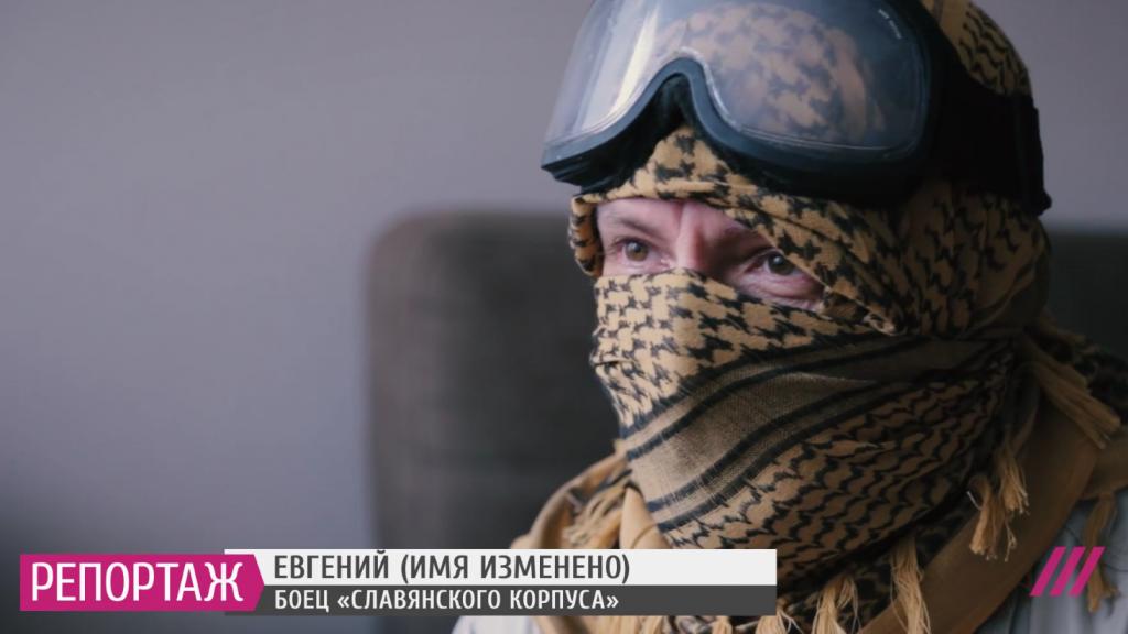 """Selvom """"Slavjanskij korpus"""" officielt ikke fandtes, var den i kontakt med både det russiske forsvarsministerium og de russiske efterretningstjenster, fortæller den tidligere lejesoldat """"Jegvenij"""" i dokumentaren """"Wagners guld"""" på TVRain. Screenshot."""