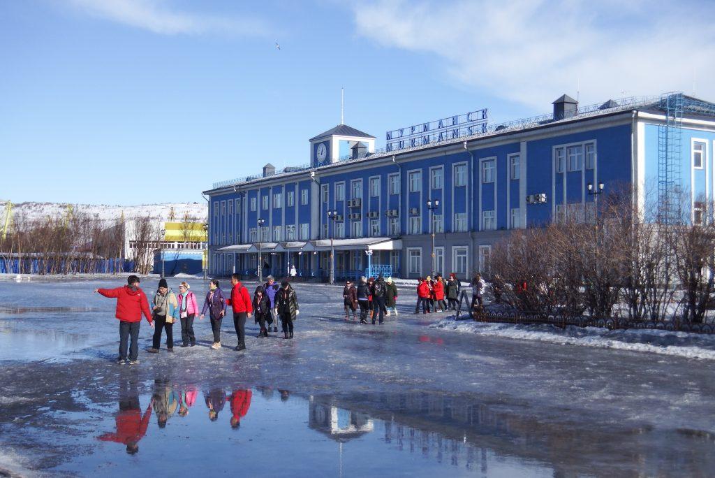 Turister fra Asien foran passagerterminalen i Murmansk på vej hen til atomisbryderen Lenin. Foto: Anders Skærlund Petersen.