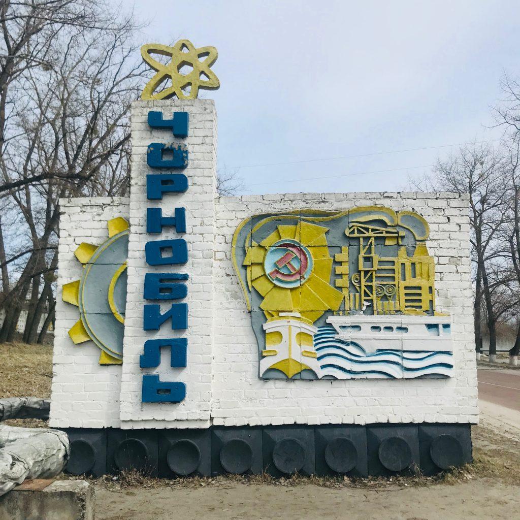 Man behøver formentlig ikke kunne ukrainsk eller have set HBO-serien Chernobyl for at forstå hvor man ender henne efter dette byskilt. Foto: Julia Samokhvalova.