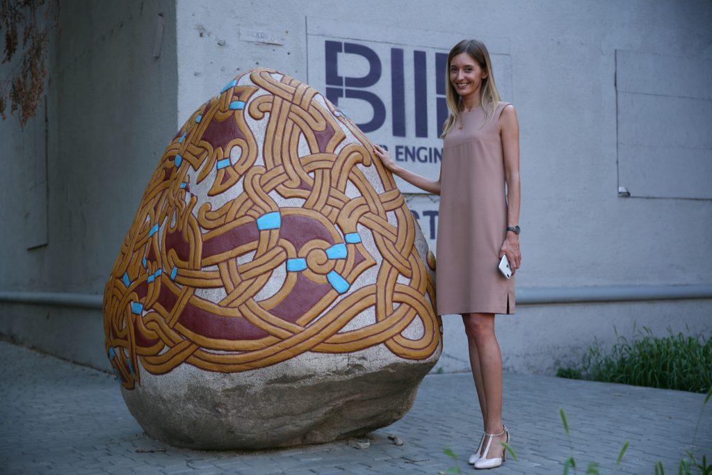 BIIR's lokale direktør for deres Odessa-kontor Dinara Akzhyhitova ved siden af #biirstone.